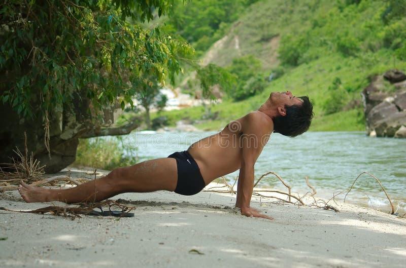 Yoga door de rivier royalty-vrije stock foto's