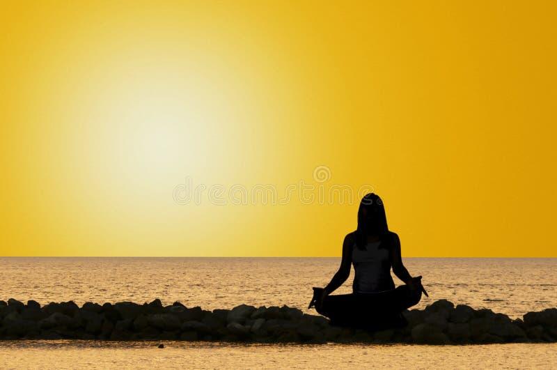 Yoga door het overzees royalty-vrije stock afbeeldingen