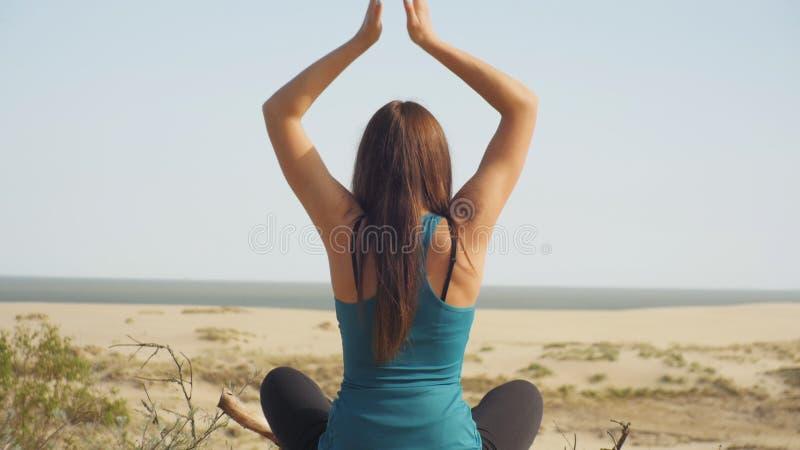 Yoga door het overzees stock video