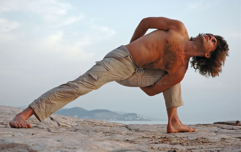 Yoga draußen. lizenzfreie stockbilder