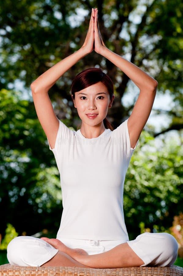 Yoga draußen stockfotografie