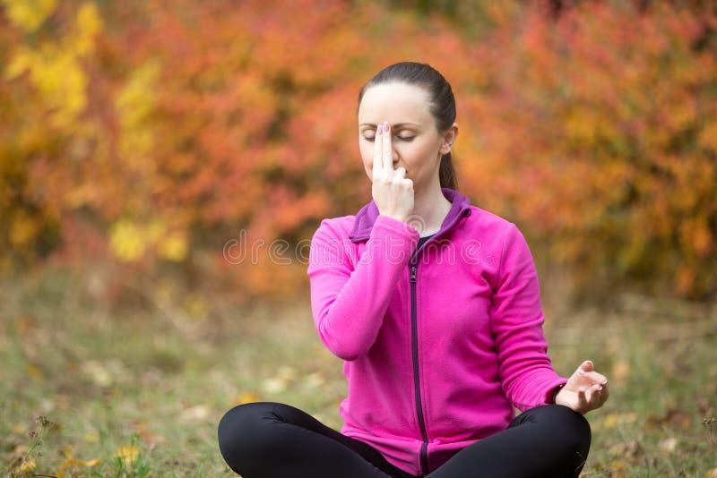Yoga draußen: Abwechselnde Nasenloch-Atmung lizenzfreie stockfotos