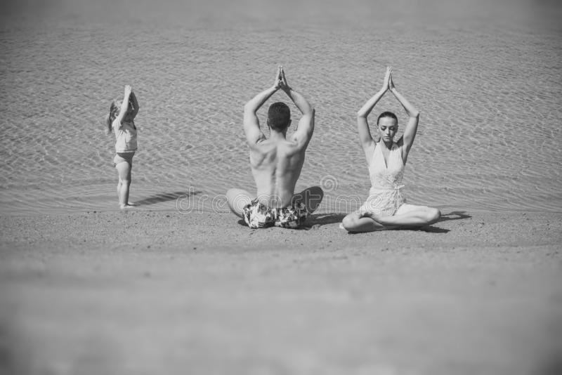 Yoga e meditazione, amore e famiglia, vacanze estive, spirito, corpo fotografia stock