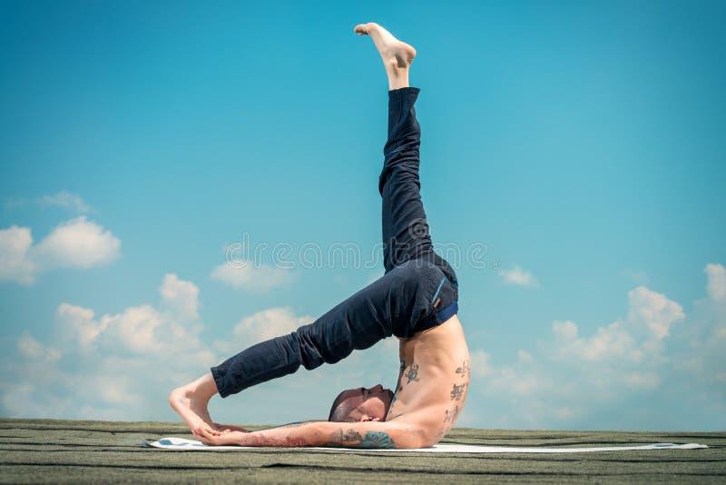 Yoga ed il cielo blu immagini stock libere da diritti
