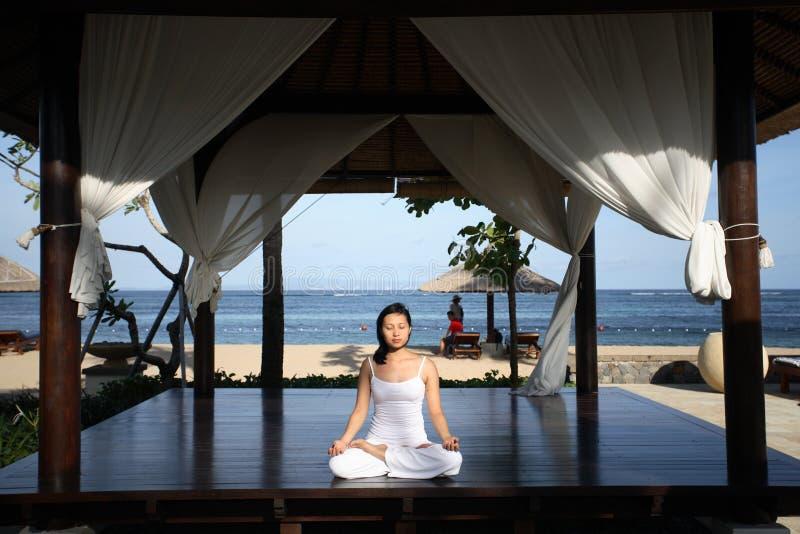 Yoga in einem Gazebo stockfoto