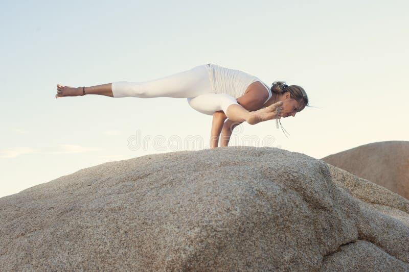 Yoga Eka Pada Koundinyasana I de femme photographie stock