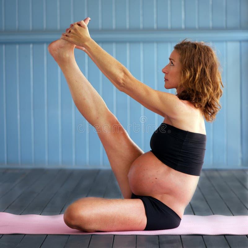 Yoga embarazada imagen de archivo libre de regalías