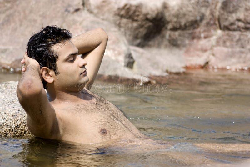 Yoga en agua imagen de archivo