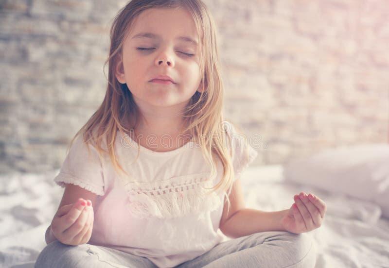 Yoga en cama Ojos cerrados imagen de archivo libre de regalías
