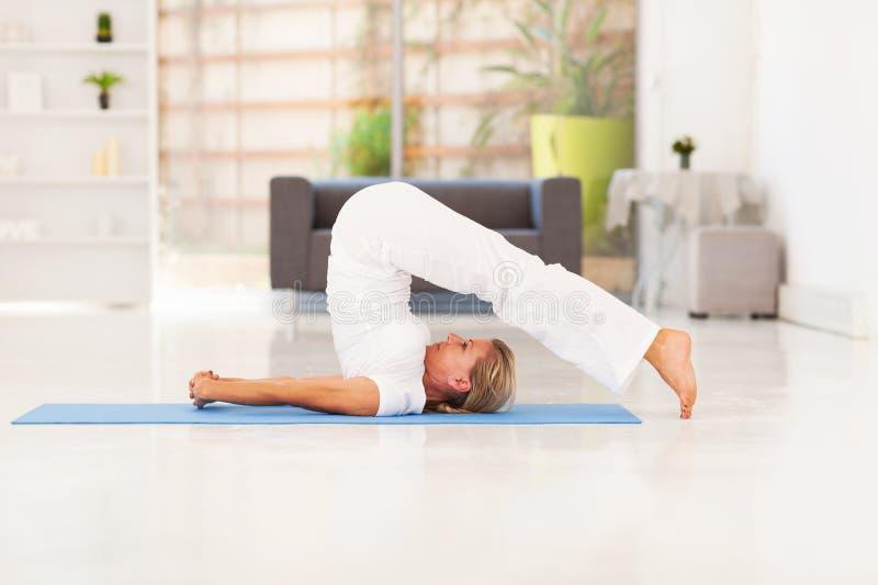Yoga en casa fotografía de archivo libre de regalías