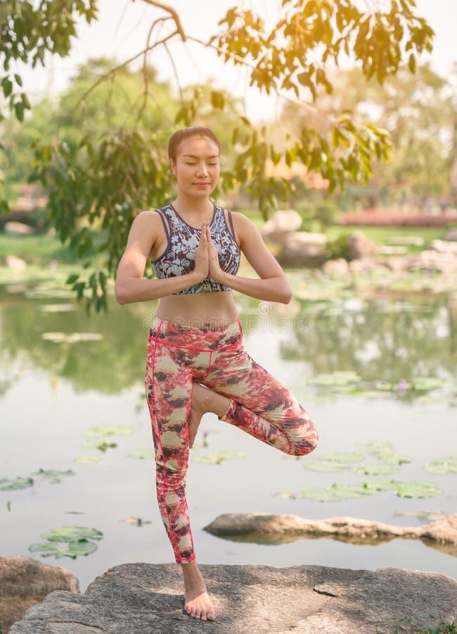 Yoga en el ejercicio sano del parque foto de archivo libre de regalías