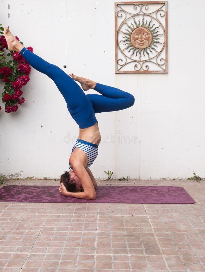 Yoga en el jard?n imagenes de archivo