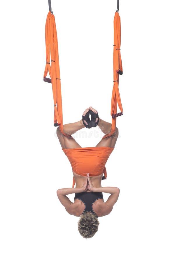 Yoga en hamaca, yoga del cielo, yoga de la mosca Antigravedad foto de archivo