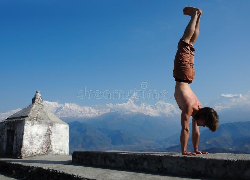 Yoga en Himalays. Handstand. fotografía de archivo