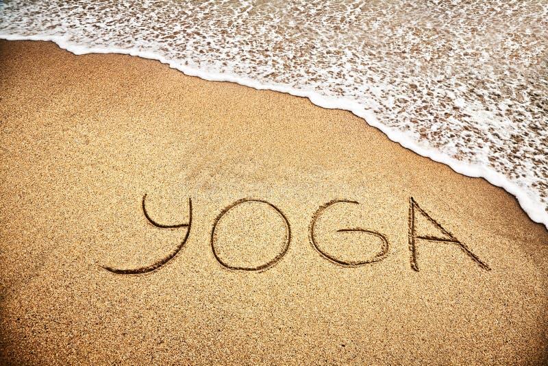 Yoga en la arena foto de archivo