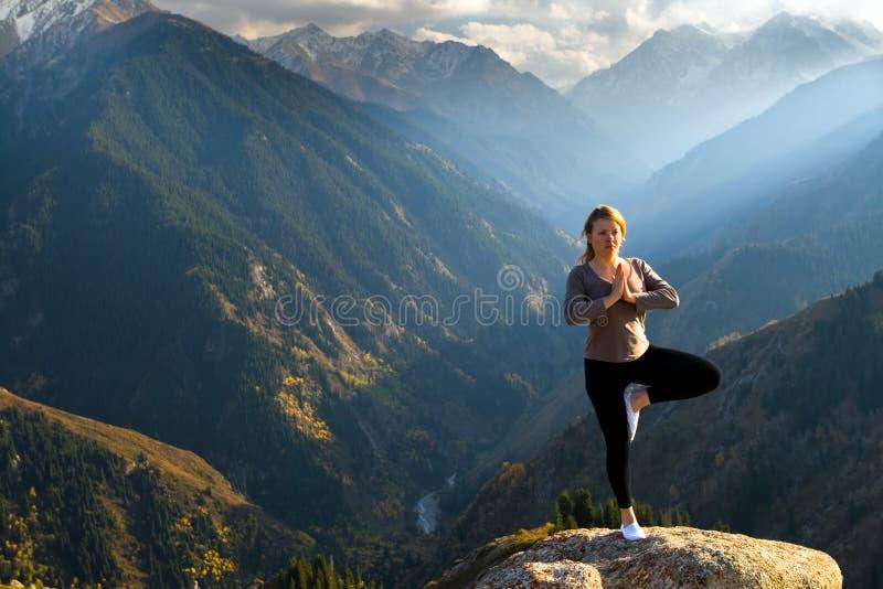 Yoga en la cumbre fotografía de archivo