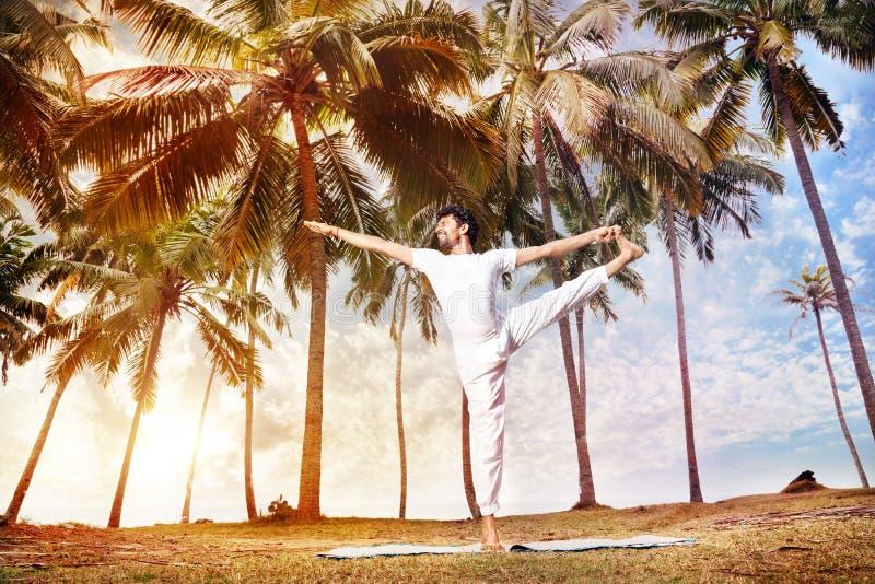 Yoga en la India tropical foto de archivo
