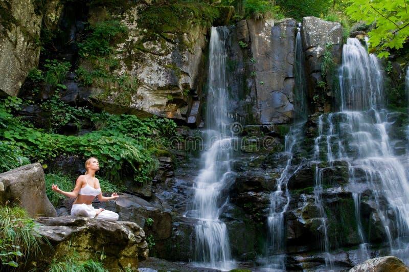 Yoga en la naturaleza fotografía de archivo libre de regalías