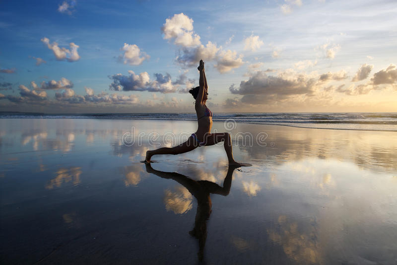 Yoga en la playa imágenes de archivo libres de regalías