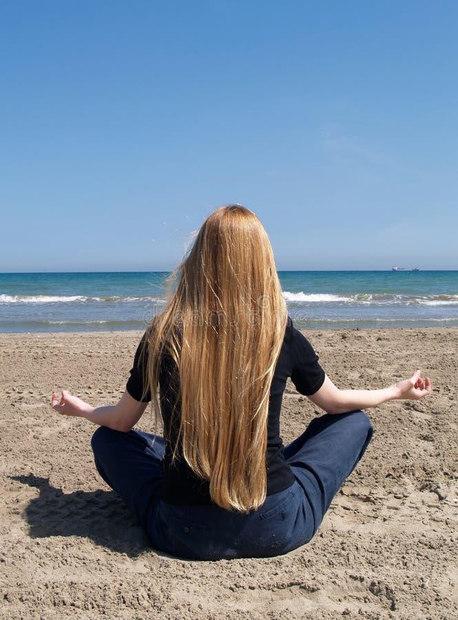 Yoga en la playa foto de archivo libre de regalías