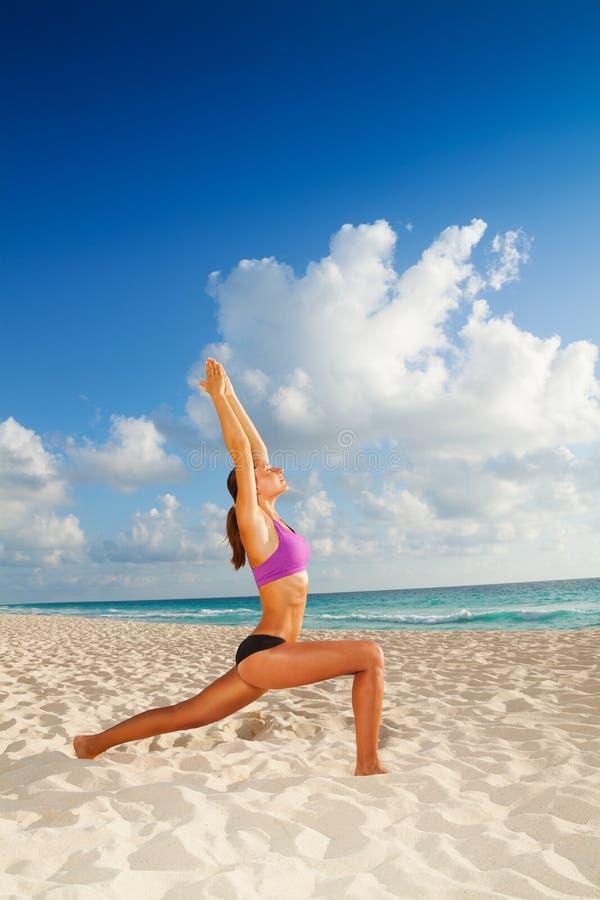 Yoga en la playa de la mañana foto de archivo libre de regalías