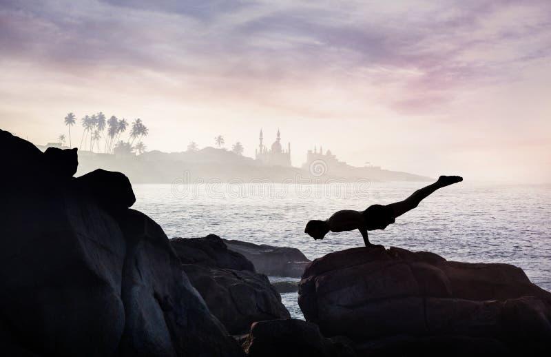 Yoga en la roca foto de archivo