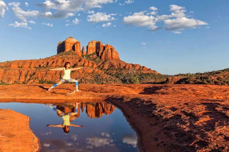 Yoga en la roca de la catedral fotografía de archivo