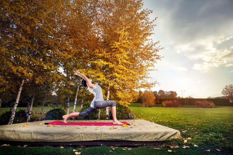 Yoga en parc d'automne images stock