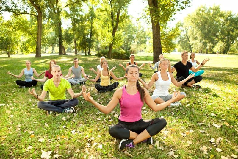 Yoga en parque imagen de archivo libre de regalías