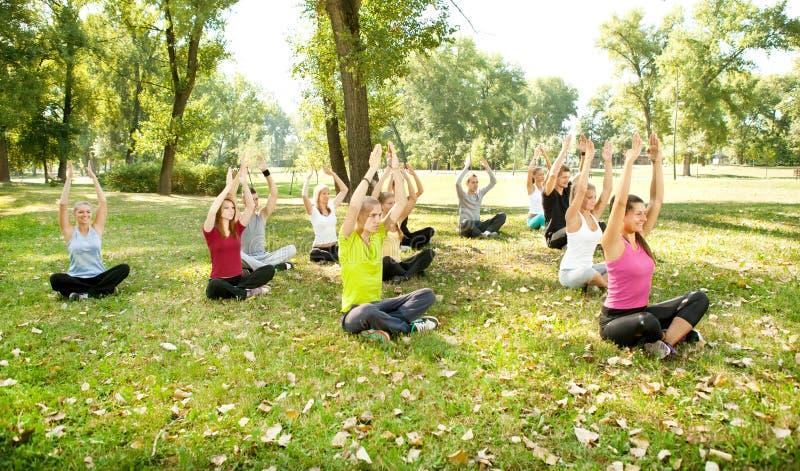 Yoga en parque imagen de archivo