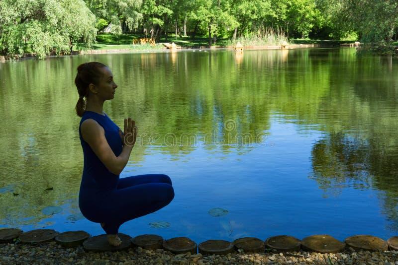 Yoga en primer del parque imagen de archivo libre de regalías