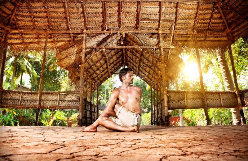Yoga en shala indio fotos de archivo