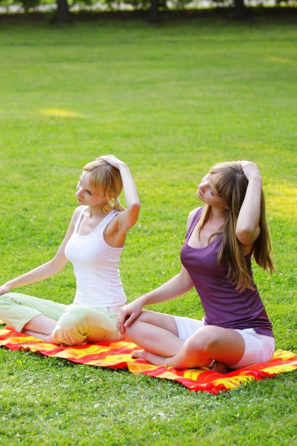 Yoga en stationnement photographie stock