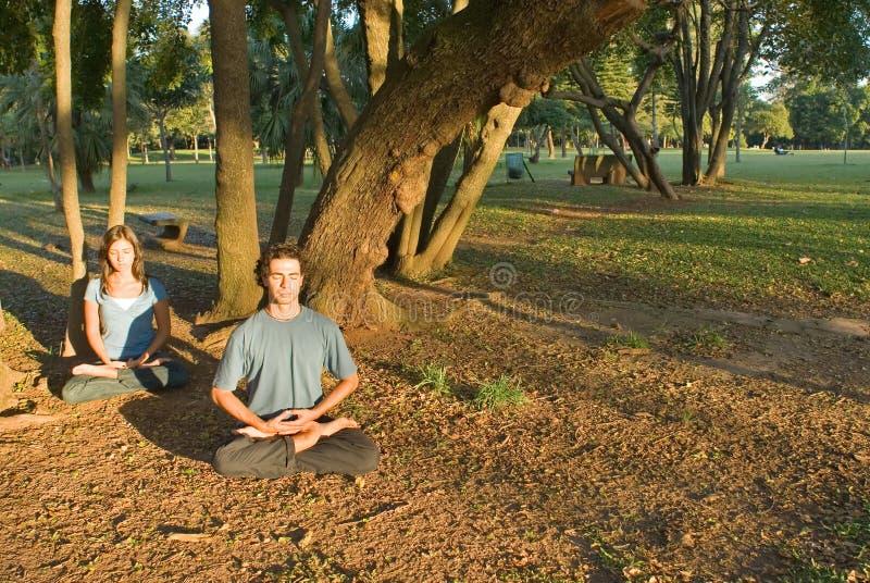 Yoga en stationnement - horizontal photos stock