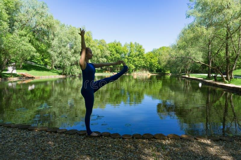 Yoga en un parque de la ciudad imagenes de archivo