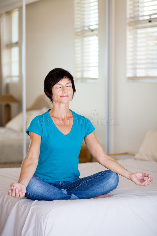 Yoga envejecida media de la mujer fotos de archivo