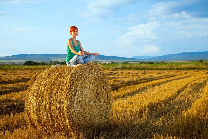 Yoga esterna fotografia stock libera da diritti