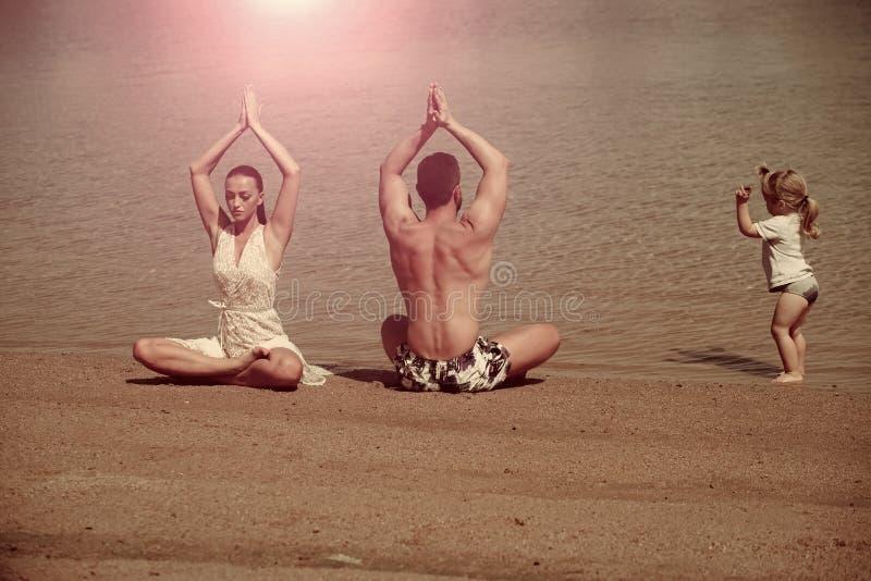 Yoga et méditation, amour et famille, vacances d'été, esprit, corps photo stock