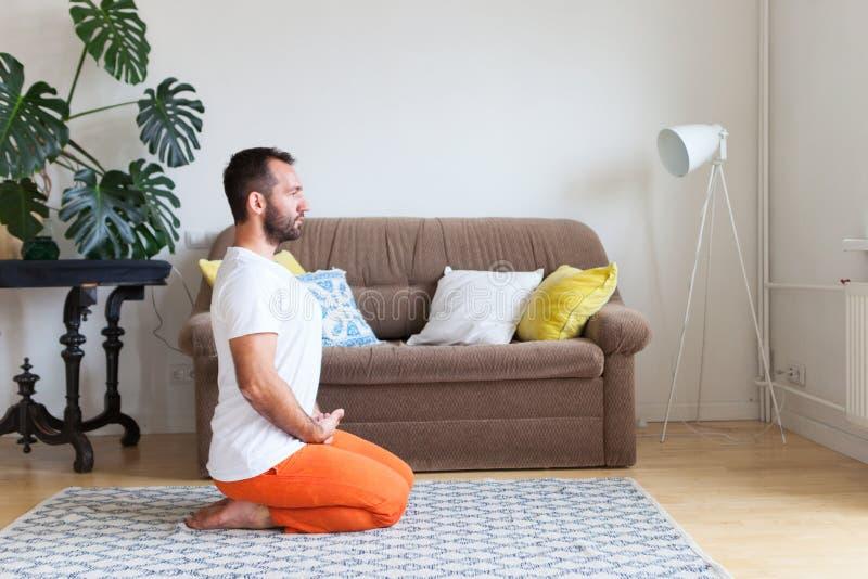 Yoga et méditation de pratique d'homme à la maison Une s?rie de poses de yoga Concept de mode de vie image stock