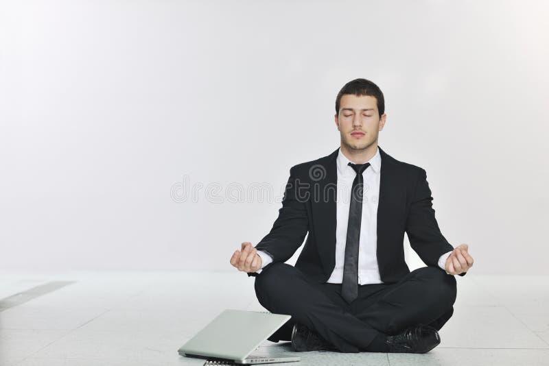 Yoga för övning för affärsman på lokal för nätverksserver arkivbilder