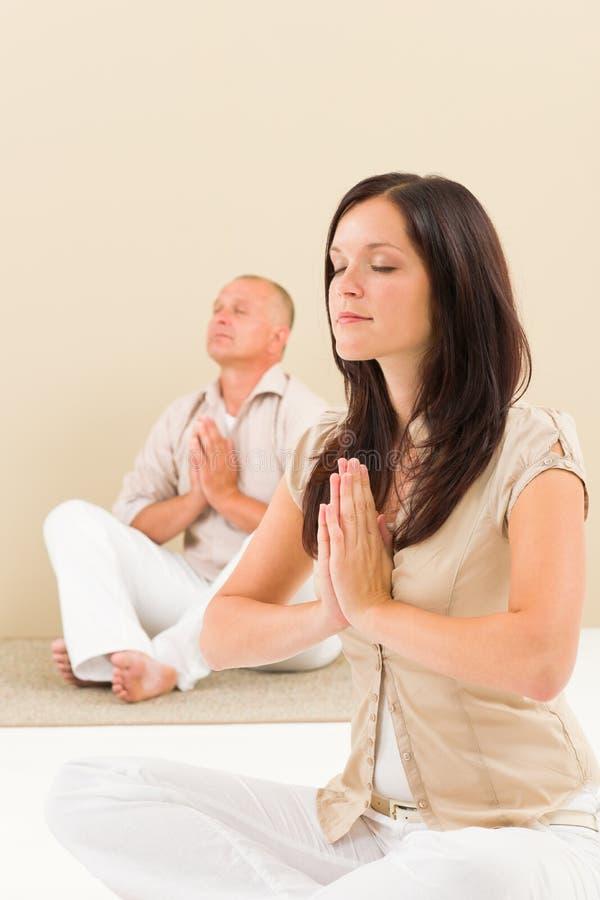 yoga för kvinna för kollega för affär tillfällig meditera royaltyfria foton