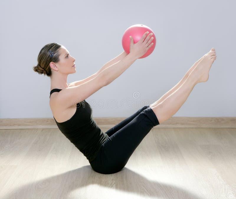 yoga för kvinna för stabilitet för pilates för bollkonditionidrottshall arkivbilder