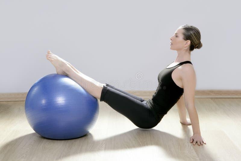 yoga för kvinna för stabilitet för pilates för bollkonditionidrottshall royaltyfri bild
