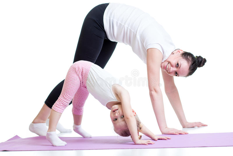 Yoga för kvinna och barn Modern och ungen gör fotografering för bildbyråer