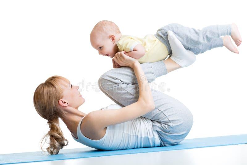Yoga för kvinna och behandla som ett barn Moder med barnpojken royaltyfria bilder