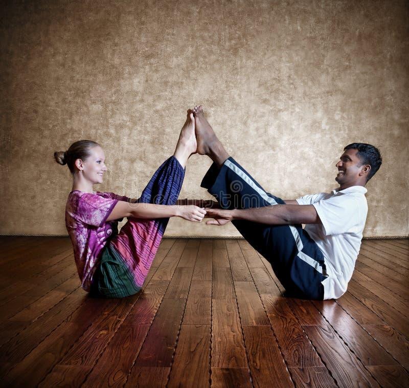 yoga för parmankvinna royaltyfri foto