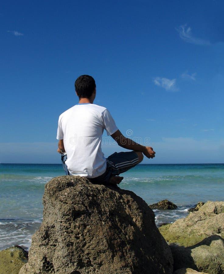 yoga för strandpojkemeditation royaltyfri fotografi