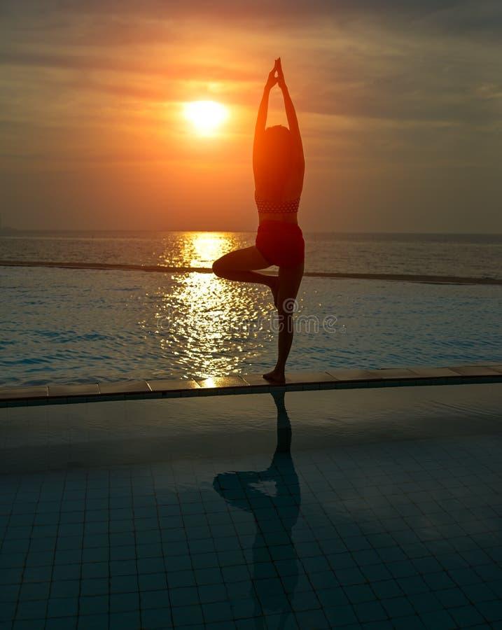 Yoga för ung kvinna för kontur praktiserande royaltyfri fotografi