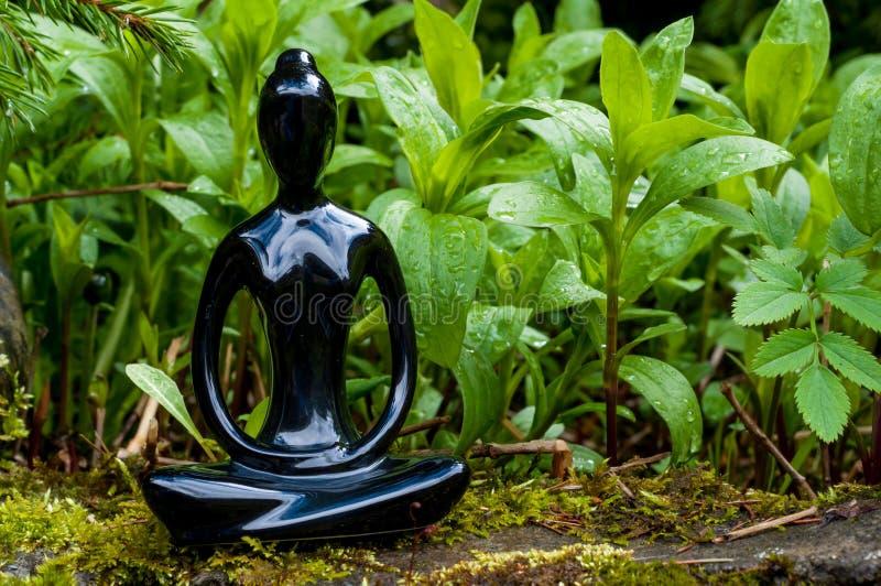 Yoga för ung kvinna för kontur praktiserande och meditera inomhus Sport som är sund, meditationbegrepp royaltyfria bilder
