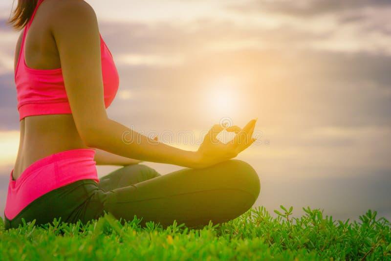 Yoga för ung kvinna för kontur praktiserande på stranden fotografering för bildbyråer